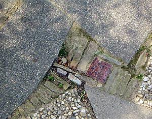 Pflasterfläche aus Betonplatten und Grauwackestücken